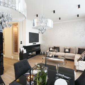 Ściany w tym eleganckim salonie zdobi tynk chic w kolorze beżowej perły. Projekt: Karolina Łuczyńska. Fot. Bartosz Jarosz