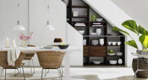 Pojemne szafy to nie tylko miejsce na składowanie ubrań. Dużo przestrzeni do przechowywania przydaje się również w innych pomieszczeniach. Przykładem jest jadalnia, gdzie szafy zintegrowane służą jako kredens.