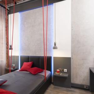 Oprócz zwisających nad łóżkiem lampek, w zabudowie za łóżkiem znalazły się ledy RGB sterowane za pomocą pilota. Fot. Bartosz Jarosz