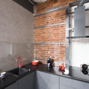 Kuchnia sąsiadująca z salonem, chociaż jest niewielka, daje ogromną swobodę pracy. Fot. Bartosz Jarosz