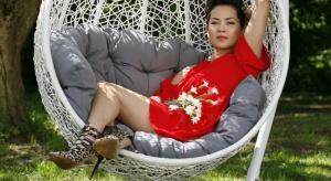 """Natalia Nguyen – z wykształcenia architekt urbanista, zawodowo zajmuje się także projektowaniem wnętrz, tworzy biżuterię. Znana z programów telewizyjnych o tematyce wnętrzarskiej """"Bitwa o dom"""" oraz """"Pan i Pani House""""."""
