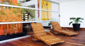 Drewniane tarasy, aby zachowały swoje piękno, powinny być olejowana dwa razy do roku. Początek jesieni to dobry czas na zabezpieczenie tarasu przed zimą.