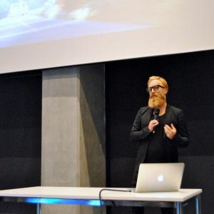W Katowicach poza wykładem otwarcia mieliśmy też okazję posłuchać prezentacji Przemo Łukasika, założyciela pracowni Medusa Group. Artysta opowiadał o pracy i ideach jakie przyświecały realizacjom tworzonym przez to śląskie biuro projektowe.