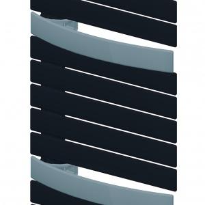 Sekcje płaskich kolektorów grzejnika EVIA oddzielone są od siebie pojedynczymi kolektorami delikatnie wygiętymi w łuk, co umożliwia wygodne i szybkie suszenie ręczników czy ubrań. Od 3.695 zł. Fot. Purmo