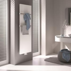 Płaska forma grzejnika PATEO nie zdominuje aranżacji, a dodatkowe wieszaki pozwolą wygodnie wysuszyć ręczniki; wysoką wydajność energetyczna. Od 2.708 zł. Fot. Kermi