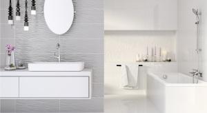 """Decydując się na aranżację wnętrza łazienki w jasnych barwach lub wyłącznie w bieli, musimy uważać, by nie stało się """"płaskie"""" i bez wyrazu. Jak je ożywić i sprawić, by nabrało przestrzeni? Wybierzmy płytki z widoczną i wyczuwalną"""
