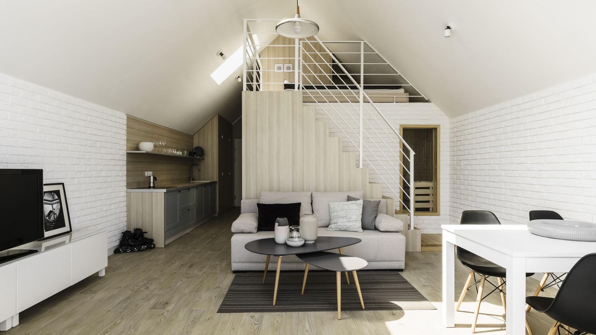 Dzięki architekturze budynku w mieszkaniu urządzono antresolę, której konstrukcja umożliwiła powiększenie łazienki o upragnioną przez inwestora saunę. Fot. FOTO&MOHITO