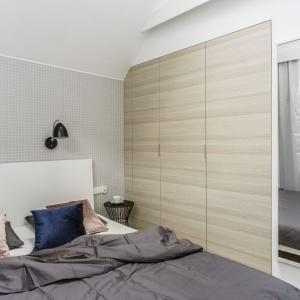 Z dyscypliny narzuconej przez krajobraz za oknem wyłamuje się nieśmiało aranżacja większej sypialni. Fot. FOTO&MOHITO