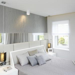 Połączenie szarości i bieli w sypiali sprawia, że wnętrze jest przestronne. Projekt: Agnieszka Hajdas-Obajtek. Fot. Bartosz Jarosz
