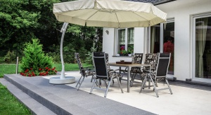 Podczas wyboru płyt na nawierzchnie zewnętrzne podstawową kwestią są walory użytkowe, jednak coraz większe znaczenie zyskuje dobry design, który umożliwia stworzenie nieszablonowych projektów przestrzeni wokół domu, na tarasie lub balkonie.