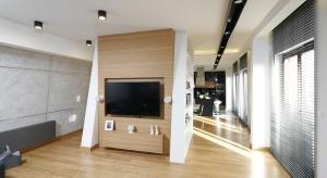 Jak ustawić lub powiesić telewizor w salonie, aby pasował do aranżacji wnętrza? Warto skorzystać z pomysłów innych.