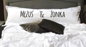 Jedna długa poduszka dla dwojga lub dla całej rodziny powstała z potrzeby serca jej pomysłodawców - Sebastiana i Agnieszki Has.