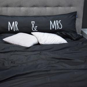 Poduszka One Pillow Mr Mrs Black. Fot. Mr&Mrs Sleep