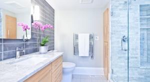 Łazienka, choć jest jednym z najważniejszych pomieszczeń w mieszkaniu, często pozostaje niedoceniana. Tymczasem właściwie urządzona, posłuży nam przez lata.