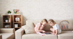 Dla rodzin z dziećmi sofa w salonie to nie tylko przestrzeń domowego wypoczynku dorosłych. Często staje się też miejscem zabaw dzieci