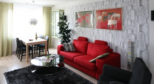 Czerwony czy zielony? Fioletowy a może turkus? Szukacie pomysłu na aranżację salonu z kolorowym akcentem, zajrzyjcie do naszej galerii.