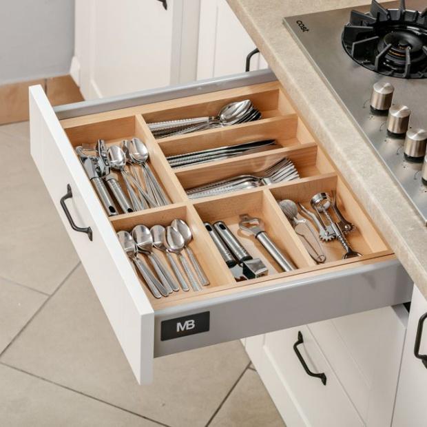 Przechowywanie w kuchni: przegląd akcesoriów do szuflad
