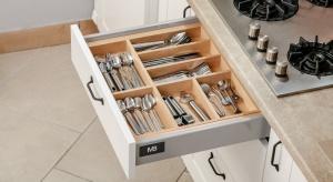 Nawet w najstaranniej rozplanowanej kuchni chaos może opanować szuflady. Kilka nieuważnie wrzuconych akcesoriów wystarczy, by zamienić pojemne i funkcjonalne miejsca do przechowywania w niepraktyczną rupieciarnię.