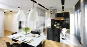 Prawie dwustumetrowy apartament w sercu stolicy dumnie prezentuje swą przestrzeń pełną swobody, światła i rozmachu.