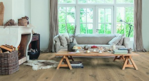 Podłoga o wdzięcznym rysunku drewnamoże być dekoracją samą w sobie. Doskonale sprawdzi się zarówno we wnętrzach klasycznych, jak i nowoczesnych.