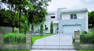 Ogrodzenie wyznaczające granice posesji od dawna nie pełni funkcji wyłącznie użytkowej. Stanowi również element dekoracyjny, a razem z bramą, furtką i ścieżką prowadzącą do wejścia – wizytówkę domu.