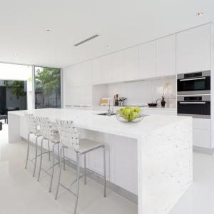 Noble Areti Bianco, materiał w białym odcieniu z widocznymi szarymi użyleniami, doskonale wtopi się w nowoczesną, monochromatyczną kuchnię, dodając jej autentycznego, naturalnego charakteru. Fot. Technistone