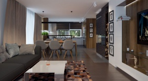 Nowoczesna bryła kryje w sobie równie nowoczesne wnętrze. Na parterze zlokalizowano otwartą strefę dzienną z salonem, jadalnią i kuchnią, z której rozpościera się piękny widok na ogród.