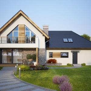 Do wykończenia fasady domu zastosowano biały tynk, kamień i naturalne drewno. Te niezwykle eleganckie i ponadczasowe materiały sprawiły, że dom prezentuje się niezwykle elegancko. Projekt: Tris II, Fot. Dobre Domy