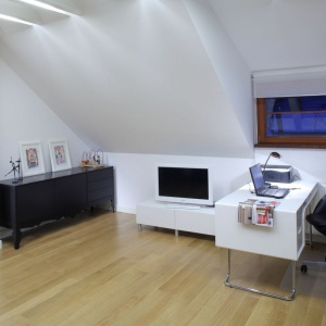 W domowym miejscu pracy warto zadbać o odpowiednie wyposażenie – ergonomiczne biurko i krzesło. Projekt: Katarzyna Moraczewska. Fot. Tomasz Markowski