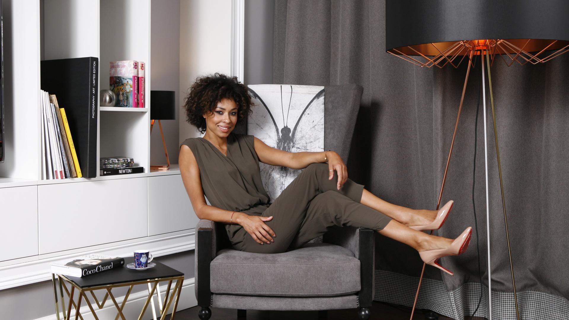 Omenna Mesah. Na zdjęciu: fotel Burterfly z kolekcji Love, lampy i stolik z kolekcji Sun i Moon marki Ammadora. Fot. Bartosz Jarosz
