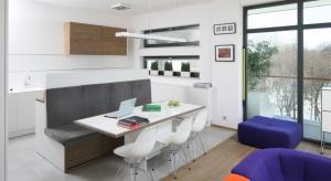 Kuchnia otwarta na salon jest bardzo częstym zabiegiem aranżacyjnym. Warto jednak, choćby symbolicznie, wydzielić jej przestrzeń. Zobaczcie, jak robią to polscy projektanci.