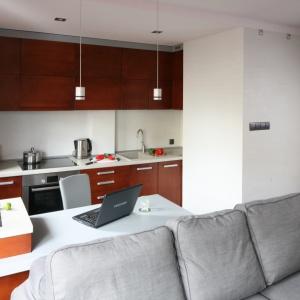 W małym wnętrzu miejsce do pracy można zaplanować również w kuchni. Projekt: Katarzyna Karpińska-Piechowska. Fot. Bartosz Jarosz
