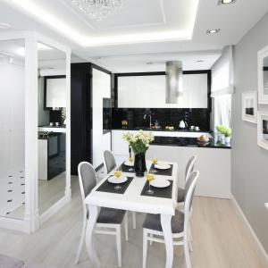Elegancka czarno-biała kuchnia pięknei zaprezentuje się w otwartej strefie dziennej. Projekt: Katarzyna Mikulska-Sękalska. Fot. Bartosz Jarosz