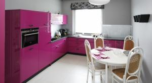 Meble kuchenne lakierowane na wysoki połysk są synonimem luksusu. Największe wrażenie robią w kuchniach otwartych na salon, stając się reprezentacyjnym elementem wystroju całej strefy dziennej.
