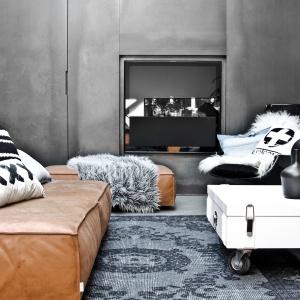 Stolik na kółkach od HK-Living można wygodnie przesuwać w salonie. Fot. Le Pukka