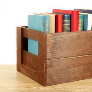 Drewniana skrzynka na książki. Fot. Vidaron