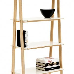 Oryginalna, lekka półka ONE STEP UP formą nawiązująca do prostej, składanej drabiny. Eleganckie połączenie surowego drewna jesionu i lakierowanego na biało aluminium sprawia atrakcyjne wrażenie. 2.107 zł, Fot. Normann Copenhagen