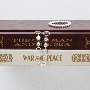 Półka CONCEAL to pomysłowy sposób na przechowywanie książek. Najniżej położona książka stanowi podstawę dla innych tomów, tak że wydają się one unosić w powietrzu. 59 zł/mała, 79 zł/duża. Fot. Umbra