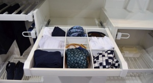 Początek listopadato czas, kiedy zwiewne i lekkie materiały płynnym ruchem przechodzą na dno szafy, ustępując miejsca miękkim i ciepłym tkaninom.