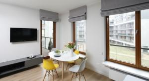 To wnętrze jest pełnekontrastów. I to nie tylko za sprawą kolorów. Z jednej strony surowe, bowiem utrzymana w loftowej stylistyce, z drugiej – pogodne i przytulne.