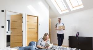 Adaptacja poddaszy do celów mieszkalnych od lat cieszy się rosnącym zainteresowaniem osób budujących domy. Uzyskiwana dzięki temu dodatkowa przestrzeń użytkowa musi jednak być dobrze doświetlona światłem naturalnym.