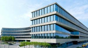 Royal Wilanów to najwyższej klasy elegancki budynek biurowo-usługowy, zaprojektowany przez renomowaną pracownię JEMS Architekci. Nieregularny kształt szklanej bryły w połączeniu ze stonowaną kolorystyką i szlachetnymi materiałami stanowi wła�