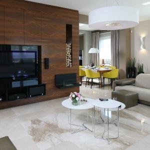 Wykończenie ścianki telewizyjnej za pomocą drewna ożywia wnętrze i dodaje mu przytulności. Projekt: Katarzyna Koszałka. Fot. Bartosz Jarosz