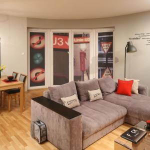 Wnętrze o nieco industrialnym charakterze ozdobiono za pomocą napisów na ścianie i plakatów na szybach. Projekt: Iza Szewc. Fot. Bartosz Jarosz