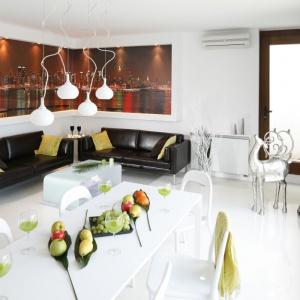 W narożniku białego salonu zastosowano atrakcyjną fototapetę. Projekt: Jolanta Kwilman, Agnieszka Kobylańska. Fot. Bartosz Jarosz