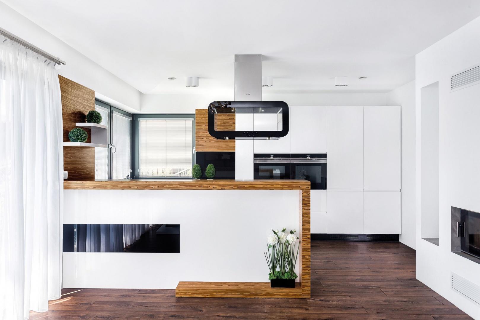 Piękna biała kuchnia – jaki blat wybrać? Fot. Studio Bossi Max Kuchnie