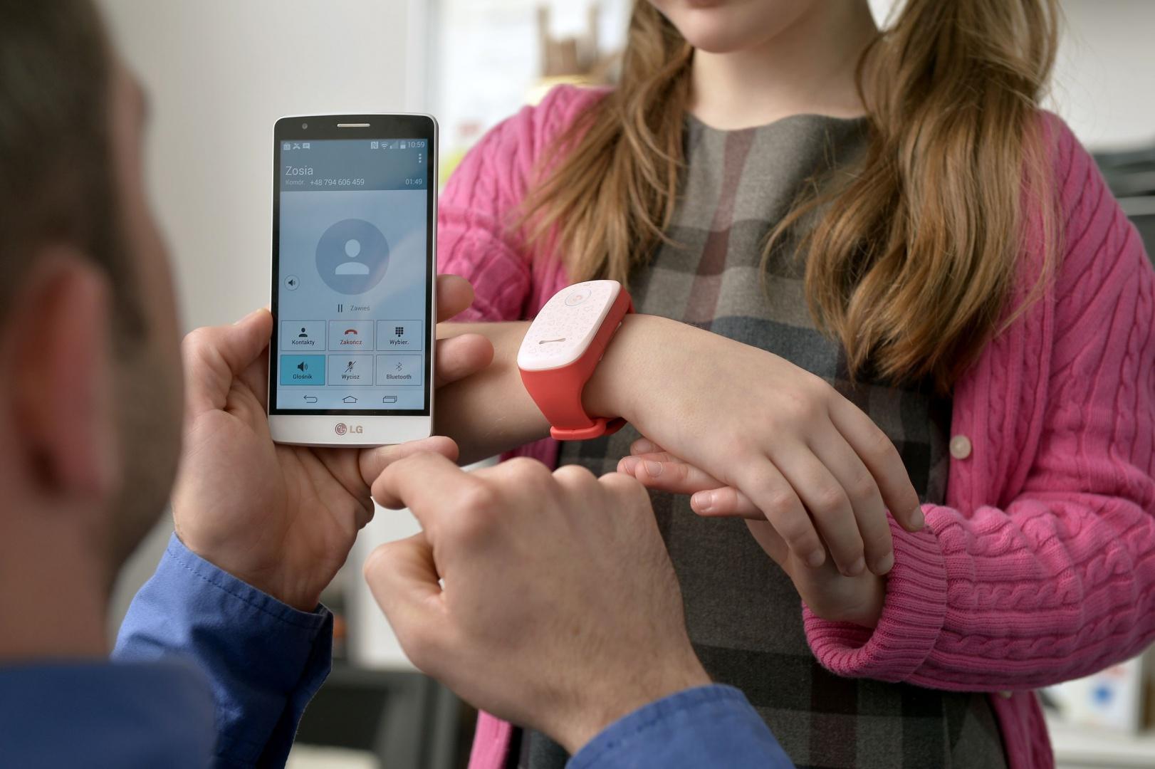 Inteligentna opaska KizON pozwala na stały kontakt z dzieckiem i ustalenie jego lokalizacji przez aplikację na smartfonie rodziców Z numerów przypisanych opasce można zadzwonić do dziecka, a ono może zatelefonować do rodziców przytrzymując przycisk. Fot. LG Electronics