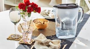 Odrobina blasku i elegancji potrafi w widowiskowy sposób odmienić wnętrze naszego domu. Jesienią chętnie stawiamy na dodatki, które ocieplą wystrój naszego mieszkania. Ozdoba jadalni i kuchni może stać się piękny dzbanek w wersji glamour.