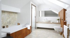 Chociaż uznawana za pomieszczenie problematyczne, łazienka na poddaszu może być pretekstem do ciekawych rozwiązań aranżacyjnych. Urokliwie skosy pod sufitem nadają efektowną formę pomieszczeniu i same w sobie są imponującą dekoracją.
