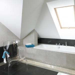 Okno dachowe doświetla wnętrze łazienki na poddaszu. Wanna pod skosami Projekt: Marta Kilan. Fot. Bartosz Jarosz